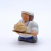 Boulanger et sa miche de pain profil gauche produit santons