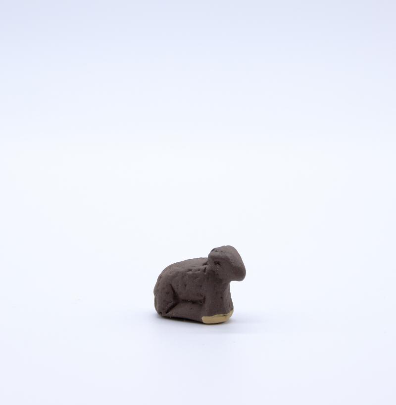 Agneau debout noir produit petits animaux