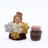 Jeune fleuriste et son seau de fleur produit santons