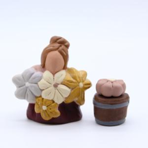 Jeune fleuriste et son seau de fleur